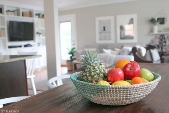Un frutero aporta color y frescura