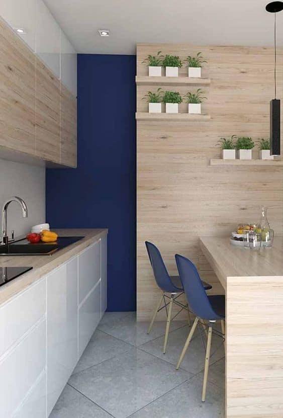 Elige la madera y el azul para un estilo moderno
