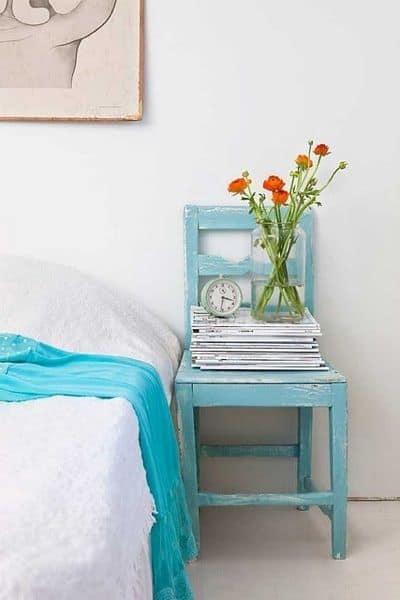 Coloca una silla con encanto al lado de la cama